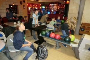 Jugendgruppe geht bowlen
